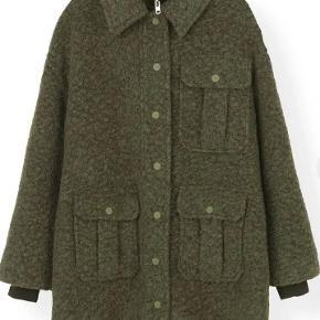 GANNI BOUCLE WOOL JAKKE - F3740. En skøn frakke med uld. Nypris 2600kr. Obs, stor i størrelsen og passer S/M. Kom gerne med bud.