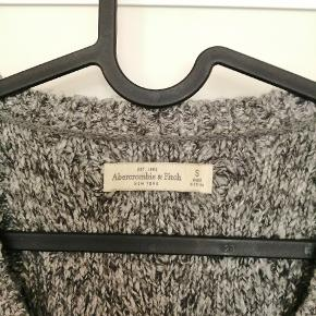 Abercrombie & fitch sweaterkjole. Brugt, men i rigtig god stand. Kabelstrik på forsiden☀️