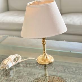 Vintage guld / messinglampe med hvid lampeskærm  Meget velholdt :)  29 cm i højden Bredde på lampeskærm;  20 cm Lampefod; 8 cm i diameter  Bytter ikke