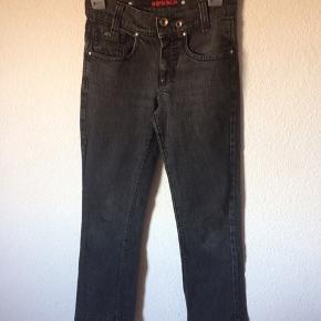 Miss sixty - jeans Str. 26 Næsten som ny Farve: sort Lavet af: 98% cotton og 2% elasthane Mål: Livvidde: 70 cm hele vejen rundt Længde: Ydre: 97 cm Indre: 74 cm Køber betaler Porto!  >ER ÅBEN FOR BUD<  •Se også mine andre annoncer•  BYTTER IKKE!