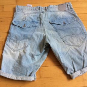 Varetype: Shorts Nye Farve: Lyseblå Oprindelig købspris: 500 kr.  Fede shorts, købt for store.  Str L  Livvidde 2*45  Pris 125 plus porto