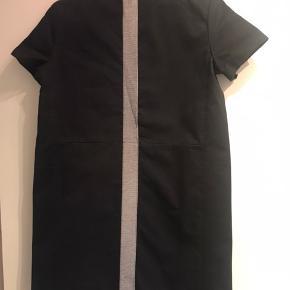 Acne kjole str 42 ( lille i størrelsen ) Mål fra skulder : 89 cm Mål bryst ( under ærme) 50 cm = 100 rundt Brugt få gange