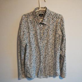 Mads Nørgaard skjorte med blomster tern. Brugt ca 10 gange.