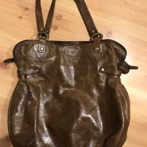 Varetype: Håndtaske Størrelse: Stor Farve: Brun  Super lækker adax taske med masser af plads👌