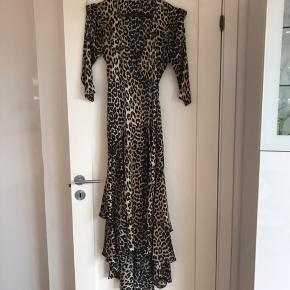 Ganni Calla Silk Wrap dress leopard. Nypris 3999. Fremstår som ny, brugt 2 gange