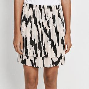 Sød nederdel fra Samsøe & Samsøe i str S (jeg er en str M/medium og den passer mig helt fint) 😊