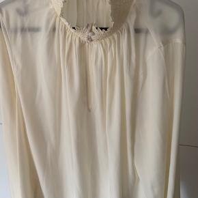 Fin skjorte fra H&M som jeg aldrig har brugt da den er lidt for stor.  Der står str 46 indeni men synes mere at den svarer til en 42-44, men da den er vid er den meget rummelig.