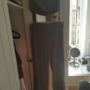 Bukserne er lidt brugte og er vasket, toppen er aldrig brugt