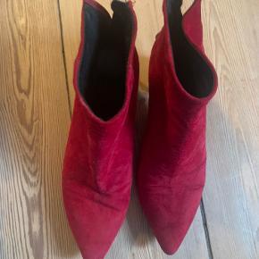 Flotte røde ruskinds ankel støvler- brugt med lidt slid, men god sål og har en par festuge dage i sig endnu. Hæl højde 6 cm.