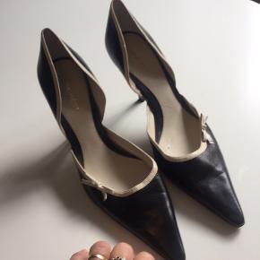 Smukke heels fra Nine West med hvide små sløjfe . Fine og velholdte . De er for høje til mig! Str.41! ( 10)! Nypris 3600!!! Hælhøjde PT pas.. men finder målebånd .  Sender IKKE -Bytter IKKE😌OBS ryger! Kan afhentes i Højbjerg / v. Århus og mobile pay 😘