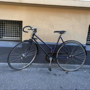 Fin selvbygget dame-racer med vintage stel fra crescent, dropstyr, indvendige gear, magnetlygter, lås, skærme og håndbremse.  Har naturligvis brugsspor men er lige blevet synet og kører upåklageligt.  Saddelen bør evt. udskiftes, da der er et lille hul i den ene side (irriterende ved regn - ellers uden betydning).  Sælges kun fordi jeg har brug for en cykel, der kan monteres børnesæde og cykeltrailer på.