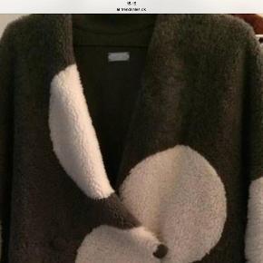 Varetype: Pels Farve: Grå Oprindelig købspris: 16500 kr.  Denne fantastiske Anne Vest pels sælges , det blødeste lammeskind med hvide bumper , frakken lukkes med knapper ,i siden er der lommer.
