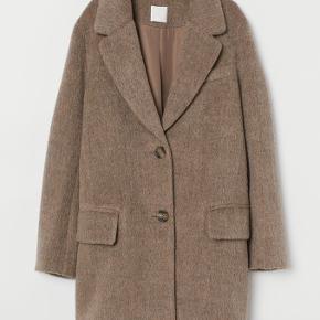 Super fin jakke kun prøvet på herhjemme  Passer også en XL, da den er stor i str  Kvalitet: 12% uld, 88 % polyester Kan afhentes i Lystrup eller sendes via TS 📭