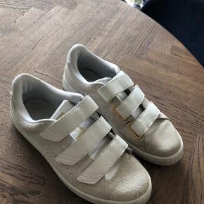 - fine sneakers med Velcro - ruskinds materiale  - guld detaljer   Længde: 25 cm  - Priserne er faste  - mængderabat kan gives ved køb af flere ting :)   - skriv hvis i mangler mere information