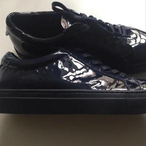 Varetype: Sneakers Farve: Mørkeblå Oprindelig købspris: 899 kr.  Nye og ubrugte lækre lak sneakers
