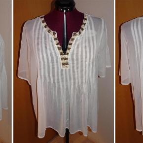 fin gennemsigtig tunika med perler i halsudskæringen. Mærket er klippet ud, men det er en str. xl/44.  tunika, bluse Farve: Hvid