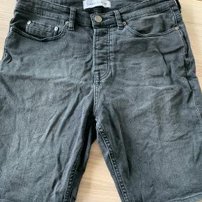 Sorte denim shorts fra Samsøe & Samsøe. Kan afhentes i 2450 København SV eller sendes på købers regning.