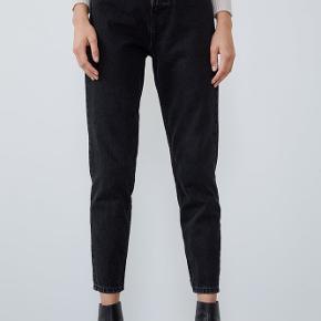 Sælger de populære mom-jeans fra Zara. De passer en str M/L i bukser.