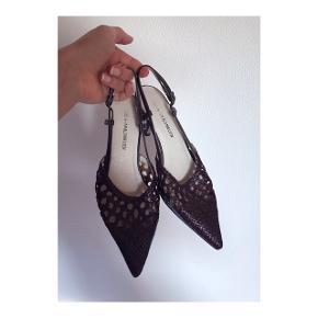Smukke sandaler med hæl i flettet læder fra Rudi & Harald Nielsen. Størrelsen er en 37 og standen er rigtig fin og pæn - taget i brug to gange. Org. pris 1.100 kr.  Mp: Se prisen + evt. porto  Tag også gerne et kig på mine mange andre annoncer!