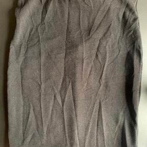 Sælger denne stramme nederdel. Jeg har aldrig brugt den og kommer heller ikke til det, da den er lidt for stor. Koster 100 kr. eller BYD. Fragten kan diskuteres.