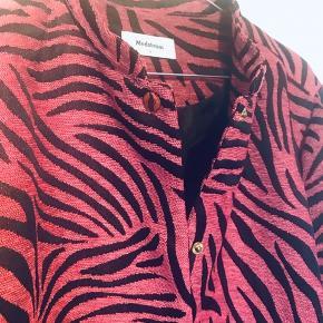 Fin kort jakke som kan bruges som indendørsjakke, bomberjakke eller som overgangsjakke. - Det er vist en smagssag om man kalder farven rosa eller pink☺️ Kom gerne med et bud!