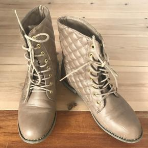 Støvler fra forever, aldrig brugt. Er åben for bud.