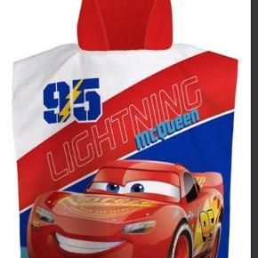 Ny badehåndklæde/ håndklæde poncho. Fra Disneys cars. Med lynet mc queen. Kan hentes i Esbjerg eller sendes for 38kr med DAO