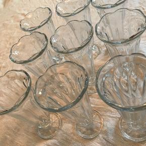 Dessertglas, 9 stk., uden skår. 17cm høje. Samlet pris. Sender gerne mod betaling.