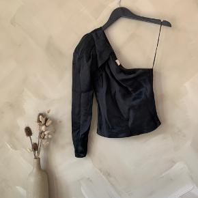 Smuk one-shoulder top i skinnende materiale    Køber betaler selv fragt🤍 tjek mine andre annoncer - har over 400, og der er mulighed for mængderabat✌🏼