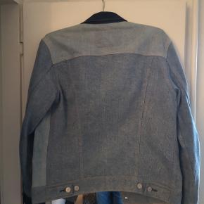 """Sælger den her super fine """"Trucker Limited Edition Denim Jacket""""  Cond - 9/10 Nypris - 1100 kr. 700"""