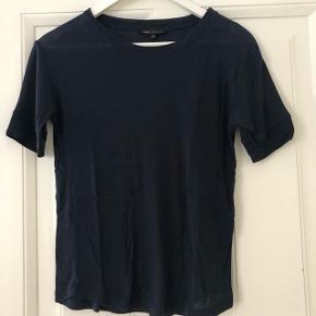 Moss Copenhagen basic t-shirt i marineblå.