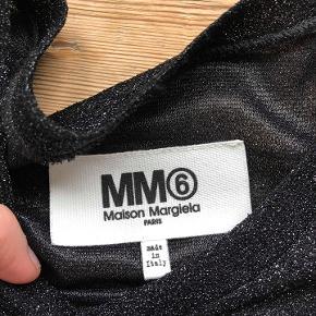 Rigtig flot, gennemsigtig, glimmer bluse.  Blusen har en behagelig pasform og frynser i siderne.     Kun brugt meget få gange.   Mål Længde: ca. 58 cm Bredde (skulder til skulder): ca. 37,5 cm.   70% poliamide og 30% polyester