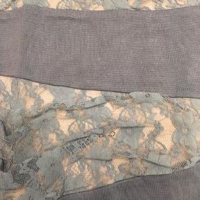 Højtaljet nederdel med blonder / tætsiddende blondenederdel med lynlås.  Farve: Blå, petroleum, støvet blå, lys blå  Hvis du vil spare portoen, er du velkommen til at hente den. Den er i Blovstrød på Nordsjælland.  Se også mine mange andre annoncer med mærkevarer, vintage og meget andet. Jeg giver gode rabatter, hvis du køber flere ting.  #30dayssellout