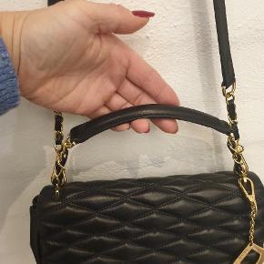 Den smukkeste taske med guld hardware. Jeg har brugt tasken 2 gange, hvilket ikke kan ses. Det blødeste kalveskind. Jeg bytter ikke 🌸