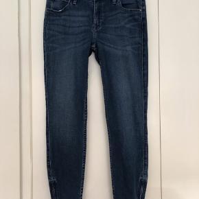 Lee Scarlett cropped jeans med lynlås i benene. Str 28/31. Brugt 2 gange. Fremstår som nye. Ny pris var 699 kr. Bytter ikke.