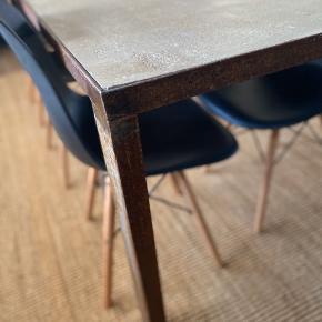 Beton ben med rustent stålstel , super solidt og tungt. Et lækkert bord til at skabe et unikt look og en rå kant. Målene er 75H x 80H x 200L