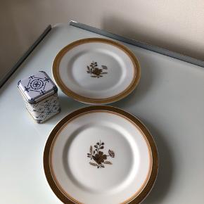 2 styk Royal Copenhagen små tallerkner. Diameter 16 cm. No. 1112/9588. 1. sortering. Prisen er for dem begge.