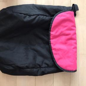 Paraplyklapvogn pink sort stor solskærm som går langt ned.  fodpose. Kopholder Fra Hauck. Hjulene kan dreje 360 grader rundt, kan låses. Lomme bagpå og kurv under vogn.  Nypris 1200 kr