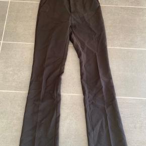 De populære neo noir bukser: Str. XS🤍  OBS. Den indvendige knap mangler (vises på et nærbillede).