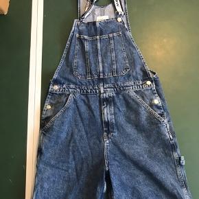 Fede overall shorts fra ZARA, brugt et par gange. Byd endelig, kan måske også være med på en byttehandel. 😄  Kommer fra ikke ryger hjem.
