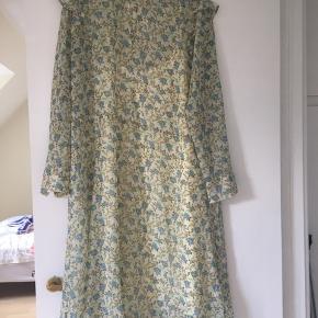 Smuk kjole med tilhørende underkjole - aldrig brugt