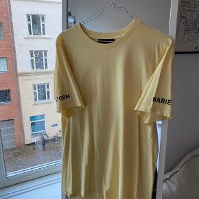 Fin gul t-shirt fra Storm & Marie. 💛  Kun haft på en enkelt gang. Lidt oversize!  Bud ønskes