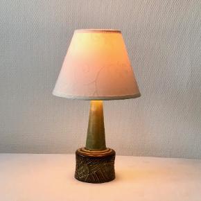 Utrolig smuk bordlampe fra danske P. M. keramik. Højde med fatning: 27 cm. Prisen er excl. skærm.