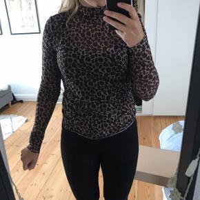 Sælger denne leopard mesh trøje, da den bare hænger i mit skab. Den fremstår som ny og kun brugt et par gange.