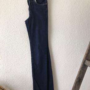 Sælger disse fede jeans fra acne, da de er aaalt for små til mig.   De passes af en xs/s Mål: 33 (livet) x 100 (benet)cm  De har High waist og slim leg fit, så de er perfekte til dig der elsker dine skinny jeans 😉  Farven er mørkeblå, og uden fejl og mangler.  Mærket bagpå er med tiden mørnet, og har en lille flænge. Men sidder 100% fast på buksen.  Np. 1200kr  Kan sendes med DAO, eller afhentes i Århus C ☺️