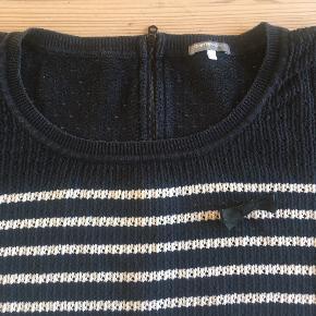Loose fit krop, 3/4-ærme. Rigtig fin stand. Bomuldsstrik. Sløjfe på bryst er en pin, så brug den eller lad være ;-)  Str. L svarende til 42. Kan bruges 40-44 afhængig af fit.  125kr alene eller 100 pp&g sammen med en eller flere andre ting til min. 100kr.  #strik #sporty #businesscasual #strikbluse #striktrøje #sømandsstriber #maritim #sejlerlook #sensommer #efterår #bomuldsstrik