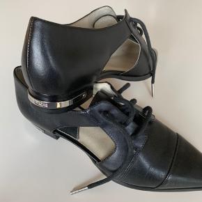 Super fine MK sko med lækker cut-out detalje - passer til både jeans og kjoler.  Aldrig brugt ☺️