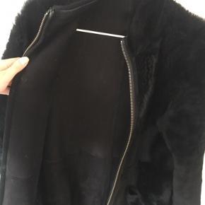 Sort pelsfrakke i rulam / pels fra Benedikte Utzon. Det er str xs. Den kan vendes om så man har pelsen indad eller pelsen udad. Super smuk. Nypris 12.000 kr. Sælges for 4800 kr. Kan afhentes i Kbh K eller sendes med dao til pakkeshop. Jeg giver mængderabat ved køb af flere ting - se mine andre annoncer