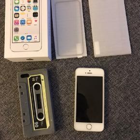 Apple iPhone 5s spacegray 16gb  Har fået nyt batteri også sidste år 300kr 2 nye ekstra panserglas pris 150kr samt et cover og mener jeg har et cover mere flot og næsten nyt fuldcober 200kr Original æske og alt med i  Der er panserglas på   Den er ikke næsten som ny af købs dato men den ser næsten som ny ud og ik brugt ret meget..da jeg har købt den for tidlig til min søn så den har altid bare ligget og ik blevet brugt han har brugt sin ipad mere...   Mp