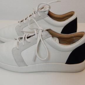 Giuseppe Zanotti sneakers 38, hvid læder med sort logo/dekoration, brugt 1-2 gange, stort set som nye, inkl. original shoe bag